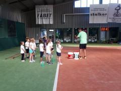Dzieci z oddziałów przedszkolnych na zajęciach sportowych