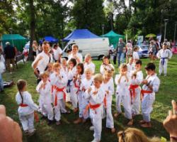 Nasi uczniowie na pokazie karate
