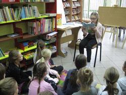 Uczniowie kl. IIIa i IIIc uczą się zasad savoir-vivre - wizyta w bibliotece