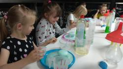 Dzieci z oddziałów przedszkolnych w Energetycznym Centrum Nauki